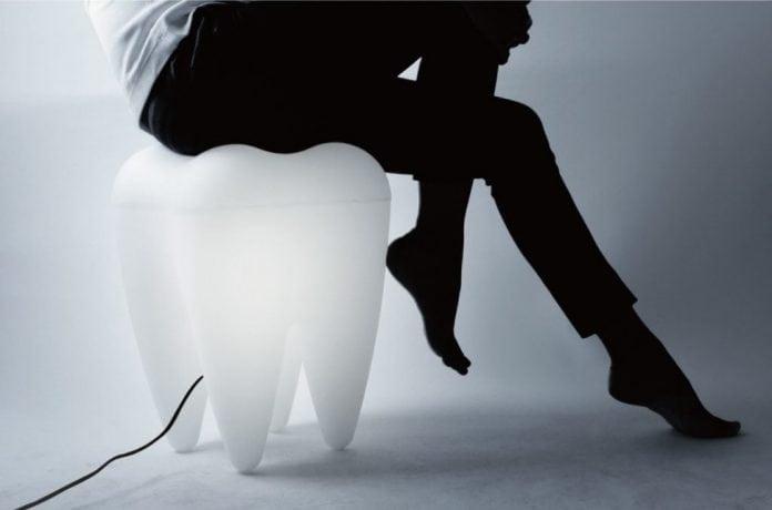 dovod-na-usmev-stolicka-v-tvare-zuba-nevsedny-dizajnovy-nabytok