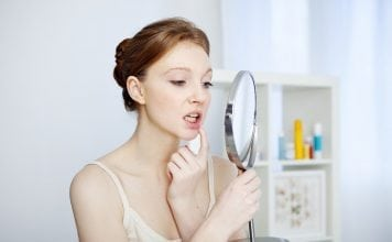 dovod-na-usmev-parodontitida-zapal-dasien-zena-zrkadlo-zuby