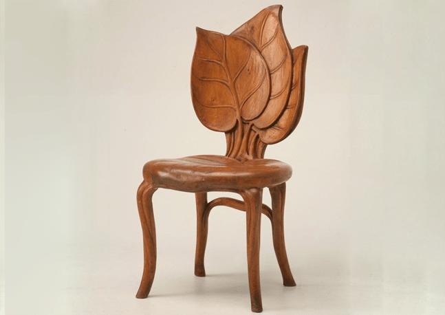dovod-na-usmev-drevena-stolicka-s-operadlom-v-tvare-lipoveho-listu-dizajnovy-nabytok
